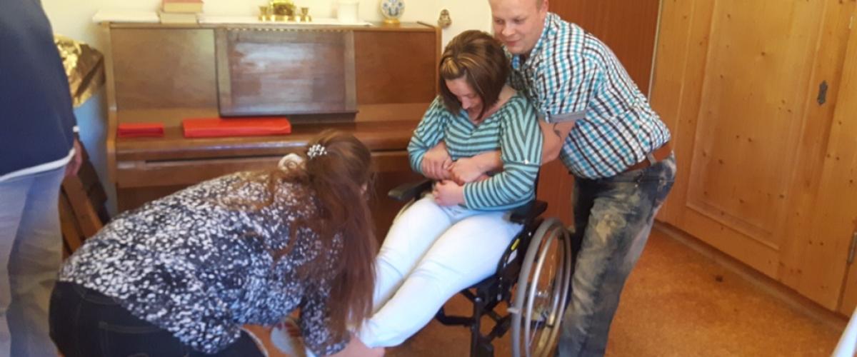 Hilfe für Menschen mit Rollstuhl